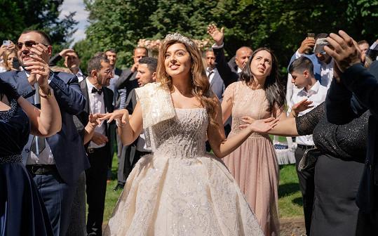 Nevěsta si svatbu užila.