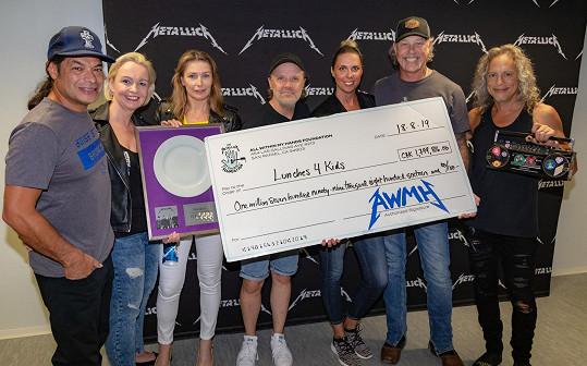 Metallica darovala dětem 72 000 školních obědů za téměř 1,8 miliónu korun.