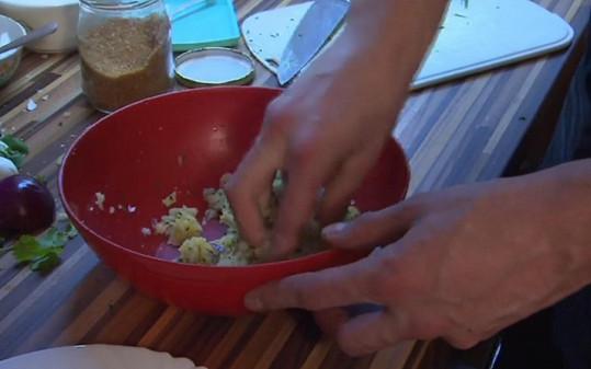 Pak brambory ručně promíchával.