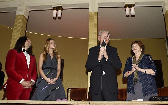 Linda s přítelem, dědečkem a babičkou Martou v čestné lóži Smetanovy síně Obecního domu