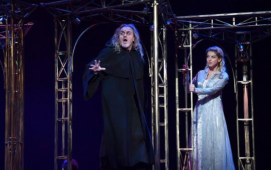 Vedle koncertování se věnuje i divadlu, se Sabinou Laurinovou v muzikálu Galileo.