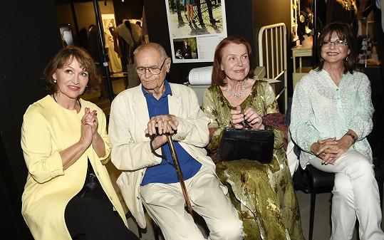 Na vernisáži výstavy Retro biják 60. – 90. let se potkali Petra Černocká, Iva Janžurová, Marie Tomsová, Anna Linhartová, Zdeněk Podhůrský a Václav Vorlíček.