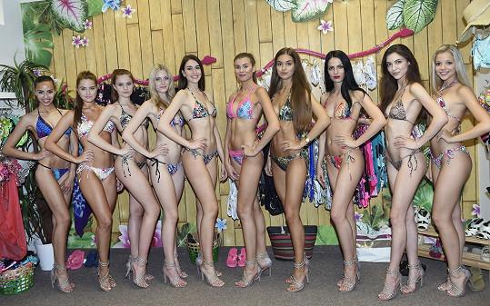 Finalistky Miss si vybraly bikiny na soustředění.
