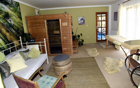 Součástí domu je i wellness se saunou.