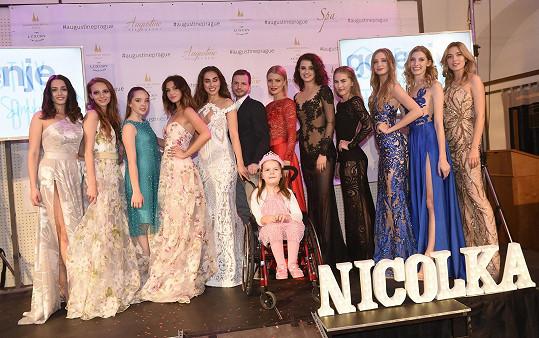 Modelky společně s malou Nikolkou