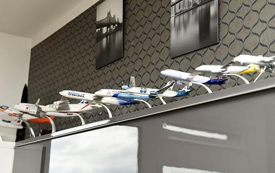 Sbírka letadel se nachází nad televizí.