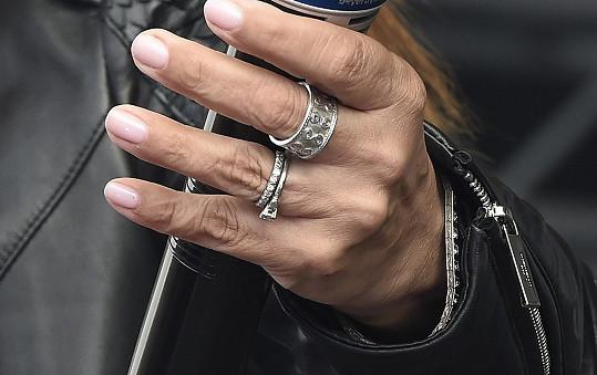 Takovéto diamantové prsteny obvykle znamenají, že se žena zasnoubila a vdala.