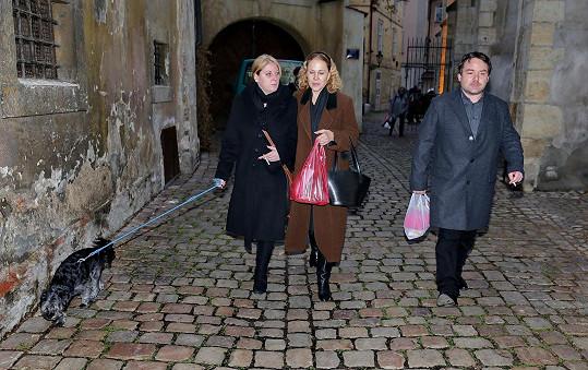 Bývalá manželka Petra Hapky Ulla Keslerová s dcerou Petrou (vlevo) a jejím manželem míří na mikulášský bazar.