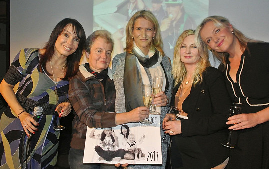 Nela Boudová, Dana Drábová, fotografka Monika Navrátilová, ředitelka Klokánku Hostivice Leona Koutenská a Gabriela Filippi na křtu kalendáře