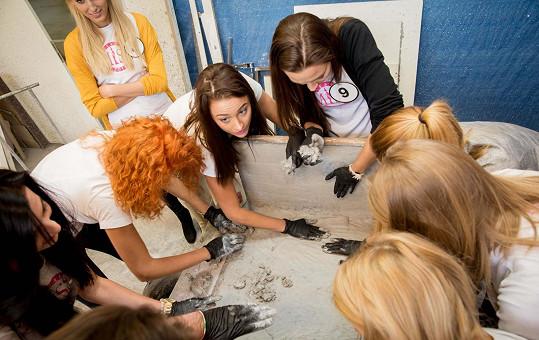 Finalistky si během workshopu vyzkoušely práci s betonem.