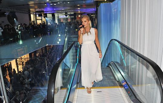 Dara zpívala na jezdících schodech.