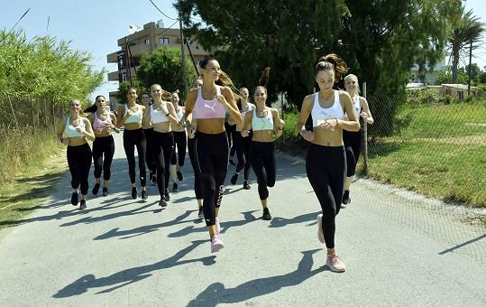 Nikol Švantnerová s úřadující Českou Miss Leou Šteflíčkovou a letošními finalistkami hned první den vyrazily běhat.