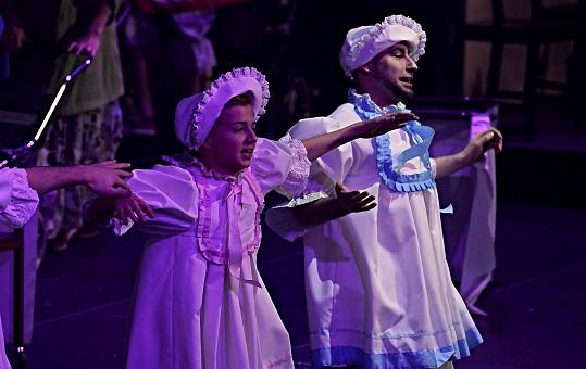 I dospělí tanečníci se převlékli během představení za mimina.