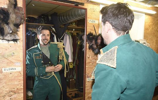 Petr Ryšavý v uniformě v muzikálu Čarodějka