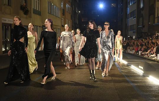 Novou Couture kolekci odprezentovala na módní přehlídce, která se konala pod širým nebem v jedné z pražských ulic.