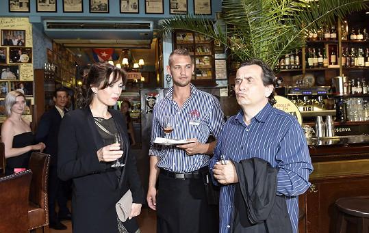 S manželem nejprve ochutnali rum, specialitu restaurace.