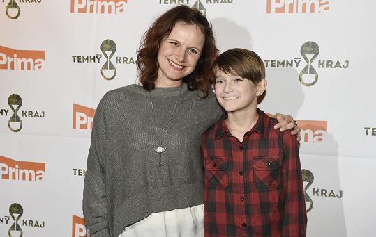 V soukromí je herečka maminkou dvou dcer, v seriálu má desetiletého syna.
