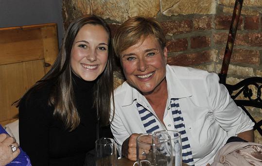 Marie Retková s vnučkou Adélou na křtu kalendáře Aleše Cibulky