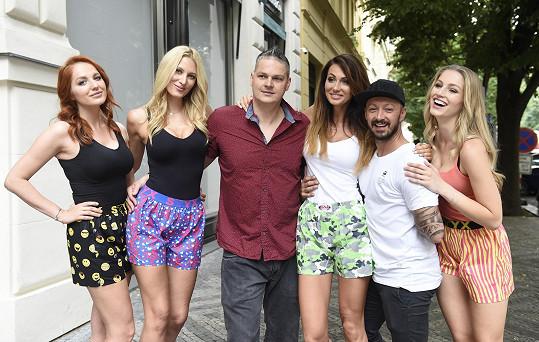 Loni statečně bojoval s rakovinou a fotil kampaň s missími kráskami i expartnerkou Kateřinou Průšovou pro svoji firmu s trenýrkami.