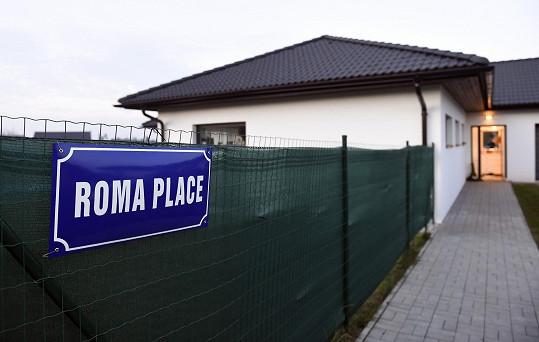 V domě za Prahou se natáčí i seriál Roma Place. Hned vedle bydlí Monika Bagárová.