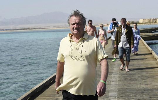 Adamec odletěl do Egypta natáčet videoklip k Robinsonovi bez hlavní hvězdy, Hůlka zůstal doma.