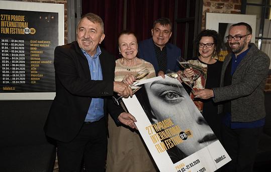 Herečka Iva Janžurová pokřtila plakát 27. ročníku mezinárodního filmového festivalu, jenž začne 19. března v Praze. V závěru festivalu převezme sošku Kristiána.