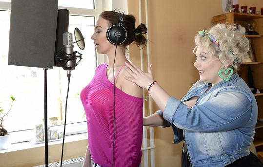 Agátu učí zpívat zpěvačka Dannie.
