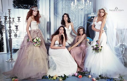 Pro návrhářku nafotila s kolegyněmi svatební kolekci.