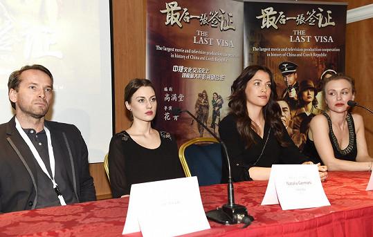 Čeští herci na tiskové konferenci.