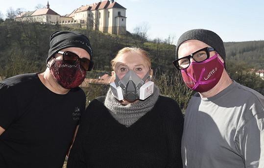 Roušky si oba vzali kvůli návštěvě fotografky Super.cz. Bezpečí především!