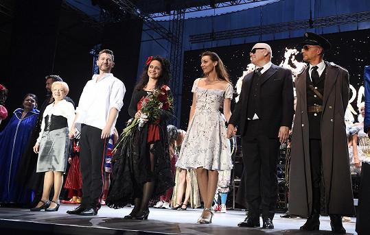 Poslední děkovačka. Lucii Bílou však lze i nadále vidět na letní scéně divadla na výstavišti PVA Expo Praha v muzikálu Sestra v akci a na podzim na kamenné scéně v muzikálové komedii The Addams Family.