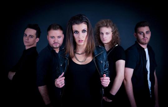 Veronika Zelníčková je zpěvačkou melodic-metalové kapely Anacreon.