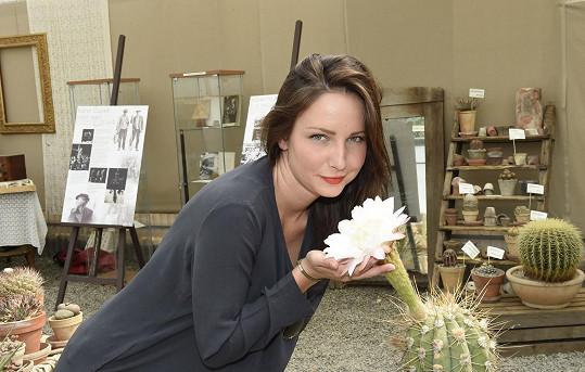 Na výstavě pořádané vtrojské botanické zahradě budou k vidění exkluzivně lodičky Adiny Mandlové a dozvíte se, co měly ve skříních známé dámy jako Hana Benešová nebo zmiňovaná filmová hvězda Adina Mandlová.