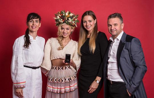 Národní kroj připravila pro missku už tradičně Marie Stará.