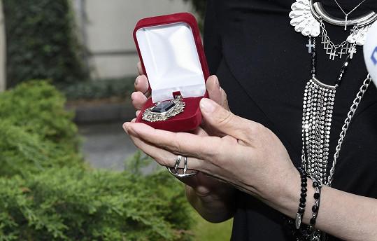 Lucie Bílá darovala Jiřině Bohdalové starožitný šperk.