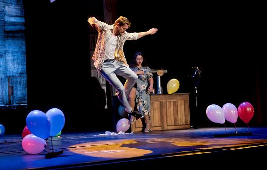 Robert tanec miluje, v představení i stepuje.