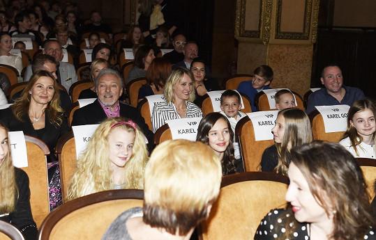 Rodinka usazená v kině