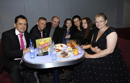 U stolu se výborně bavila (zleva Jaroslav Hauer, jenž jí dělal doprovod, Jarek Šimek a Lumír Bartoš s manželkou a dětmi).
