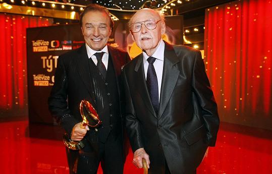 Lubomír Lipský s cenou TýTý v roce 2013 vedle Karla Gotta, který před několika dny zemřel.