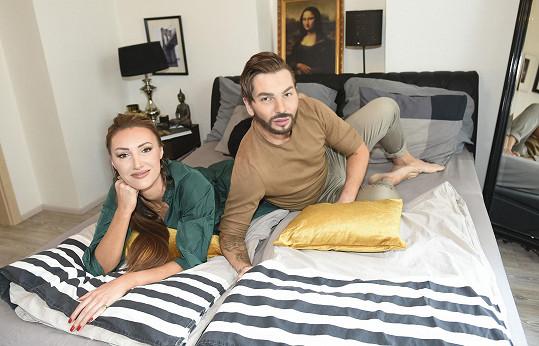 V jeho bytě žila tři týdny.