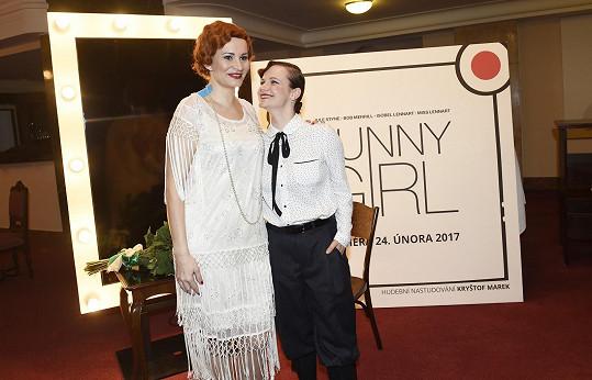 Asistentku Fanny Briceové si zahraje Kristýna Fuitová Nováková, známá jako Jindřiška z Pelíšků.