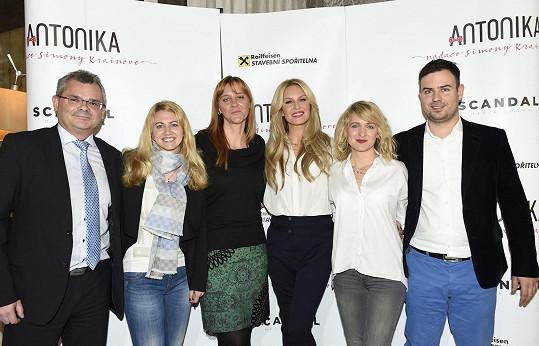 Simona s týmem, který pomáhal vzniku Nadace Antonika.
