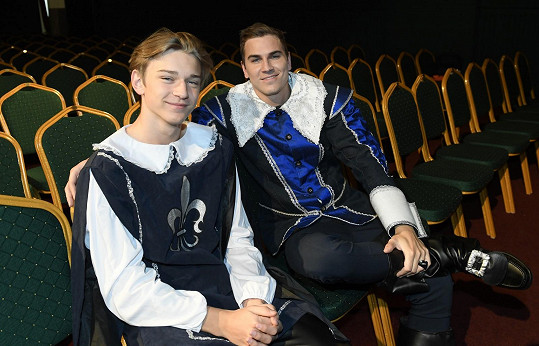 Davidův bratr Tom se spolu s ním objeví na jevišti ve hře Cyrano.