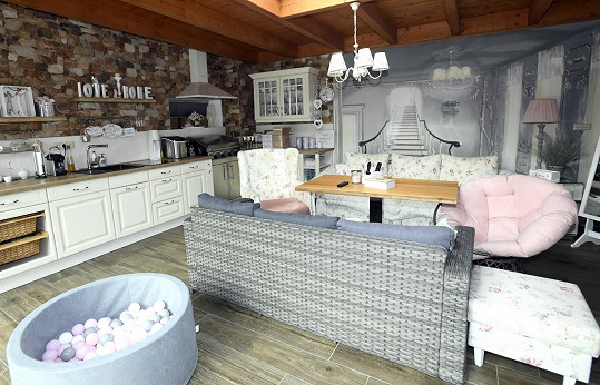 Letní kuchyně v novější části domu je zase Lenčiným královstvím.