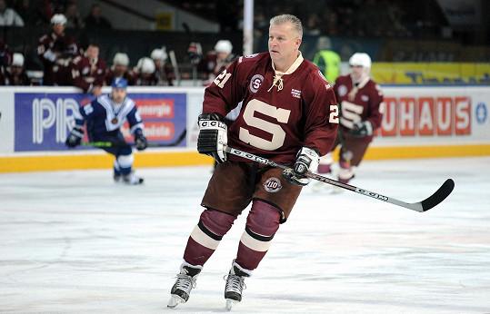O dobrou zprávu se podělil jeho kamarád, bývalý hokejista Jiří Hrdina (na snímku během exhibičního utkání v roce 2013).
