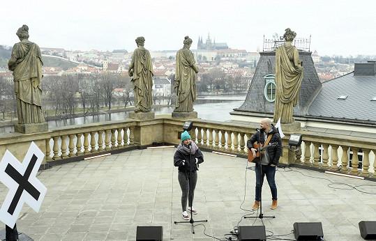 Už se těší na zpívání naživo. Naposledy vystupovala s Pokáčem na koncertě Národ sobě, kultura tobě na konci února na terase Národního divadla.