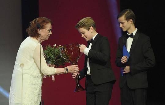 Iva Janžurová převzala cenu Thálie od Josefa Abrháma nejmladšího a jeho bratra Antonína.