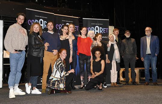 V divadle Bez Zábradlí s kolegy z připravovaného muzikálu Kabaret, kde si také zahraje.