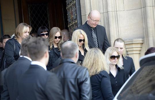 Šárka Grossová s dcerami vychází po pohřbu z baziliky.