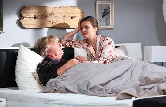 ...a probudí se vedle Evy Josefíkové, která po těhotné kolegyni převzala roli.